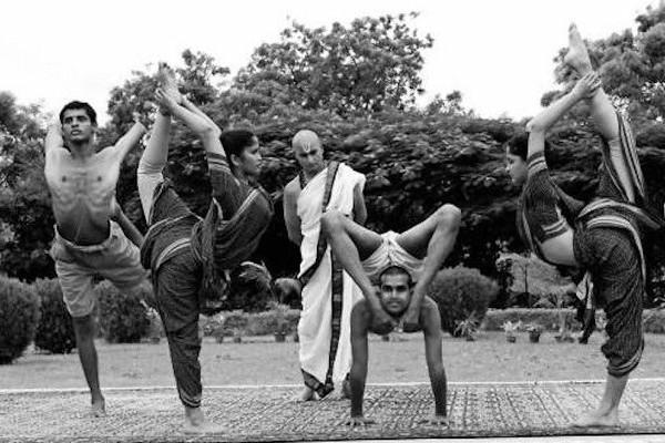 Krishnamacharya_conducting_Yoga_sessions_boys_girls_Mysore_Palace_edited